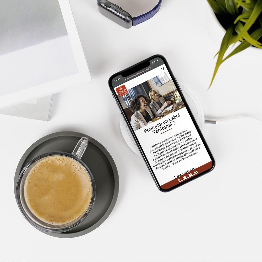 label vendée l'essentiel vient du coeur mockup iphone x par cyberscope agence web vendée